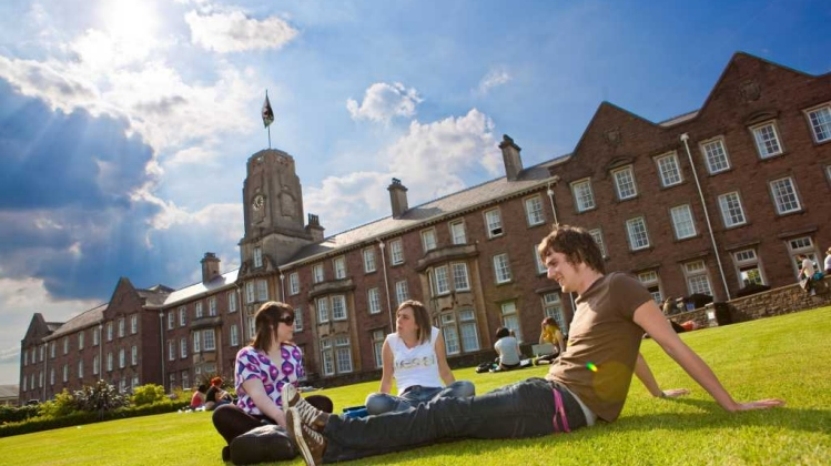 blog-higher-education-students-on-lawn